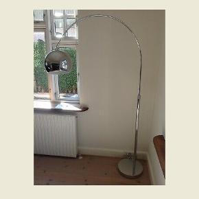 Mini lounge gulvlampe fra IDEmøbler  • Ny pris 1700 kr • krom skærm/ base  • Transparent ledning 2,3 m  #trendsalesfund • Vægt 15 kg • Lampeskærm diameter 23 cm  • Højde 190 cm  • Tænd sluk kontakt  • Max 60W