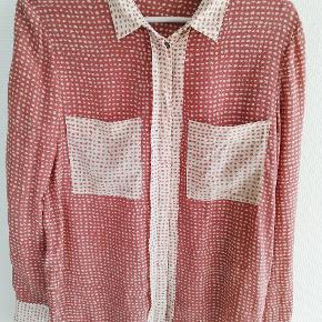 Day Birger et Mikkelsen skjorte i 100 % silke. Kun vasket og brugt en enkelt gang.  Jeg sælger billigt ud af garderoben, så tjek også mine andre annoncer.