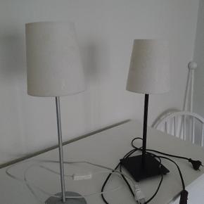 2 stk bord lamper fra Ikea med råhvide skærme  Sort 45 cm høj Stål 50cm høj Prisen er for dem begge to med skærm
