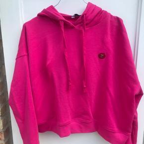 Vildt fed hoodie fra Envii sælges billigt! Brugt 2 gange