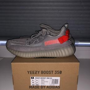 """Sælger disse """"adidas Yeezy Boost 350 V2 Tail Light"""". Standen kan ses på billederne. Kvittering haves på mail."""