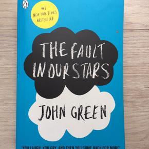 """""""The fault in our Stars"""" af John Green. Læst et par gange og er derfor lidt nusset i kanterne, ellers pæn stand!"""