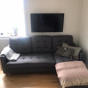 Jeg sælger denne grå sofa. Den er ca. 3 år gammel men fremstår rigtig fin.  Mål:  Længde: 2 meter  Dybde: 85cm  Dybde på chaiselong: 1,45m    Jeg ønsker at sælge sofaen hurtigst muligt, så kom gerne med bud.  Sofaen kan afhentes i Århus.