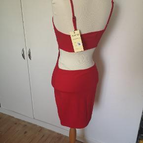 Fejlkøb. Kjole med bar hofter og lænd, passes af en S og M. Helt ny.