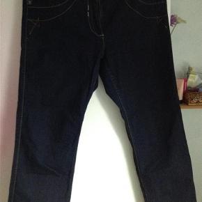 Varetype: Jeans Farve: Blå  Super smarte jeans fra Zhenzi, livvidden ca 2x 47 cm, benlængden ca 78 cm, sender gerne med DAO