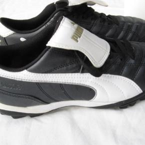 Fodboldstøvler fra Puma.  De er super flotte, men købt for små til mig.   Jeg er str. 38-39, og de passer en 37-38 ⚽️