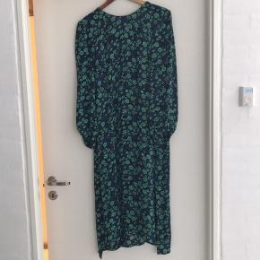 Superfin kjole med delvist åben ryg. Falder så smukt.