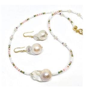 Smuk stor barok perle pryder denne smukke halskæde som vi har valgt at kalde Yoda. Lavet med små seed beads i skønne forårs farver. Længde ca 48 cm  Kan dog laves i din længde og dine farver, du skriver bare en mail til os og vi hjælper dig gerne.  Der er lavet matchende øreringe til men disse kan fravælges.  Køb enkeltvis eller som sæt.   Pris pr sæt 399,- Halskæde til 279,- Øreringe til 169,-