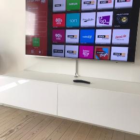 Sælger dette Tv-bord som kun er brugt to måneder. Skriv eller ring hvis du ønsker at høre mere.  Mål:  D: 40 cm B: 40 cm H: 30 cm L: 140 cm