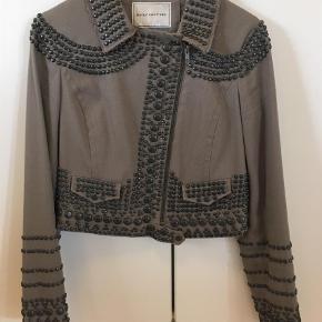 Varetype: Jakke Farve: Khaki Oprindelig købspris: 3000 kr.  Super fed jakke fra Day Birgers Couture kollektion.