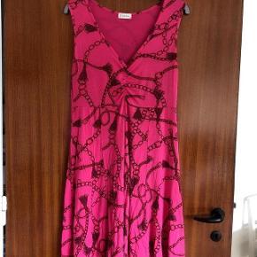 Cha Cha sød pinkmønstret kjole str M. Længde 90 cm Brystvidde 2x49 cm.  Stoffet gir sig meget.