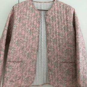 Kviltet jakke i Liberty stof. Str S/36. Aldrig brugt.