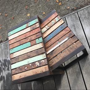 Super fede sofaborde af jern og genbrugstræ. De måler hhv l:53 x b:35 x h:38 og l:45 x b:31 x h:34 men står i forlængelse af hinanden og får dermed ca bredde på 60-65 cm