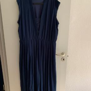 Fin kjole fra zizzi brugt få gange. Der kan være enkelte hundehår på kjolen