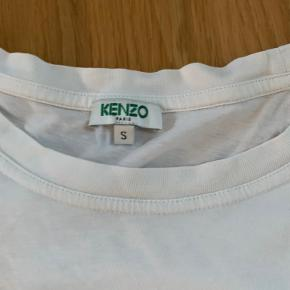 Sælger denne mega fede hvide kenzo t-shirt da jeg ikke kan passe den længere. Str. Small men fitter nok en xs. Der er to små huller nederst på t-shirten men det er ikke noget man lægger mærke til