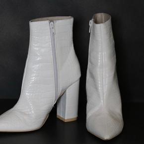 Smukke støvler, som jeg desværre aldrig har brugt. Sælges billigt!