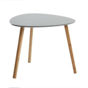 To sofaborde. Stor grå måler 55x55cm, lille hvidt måler 40x40.  De har mærker/slidt. Se billede.