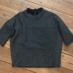 Super fed sort bluse med glimmer fra Moss Copenhagen. Str. Xs  Aldrig brugt. Stadig prismærke på.  Nypris 299kr.