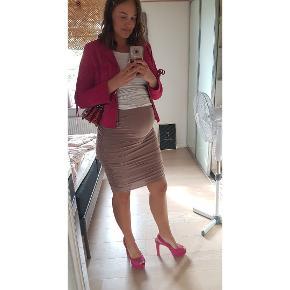 Skønne pink heels i ruskind. Lette brugsmærker - sælges derfor billigt. Er lidt til den smalle side.
