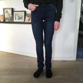 Str 26. Svarer vel til en SSuper fede mørke jeans. Aldrig brugt. Er vasket, men har bare ligget i skuffen 😱