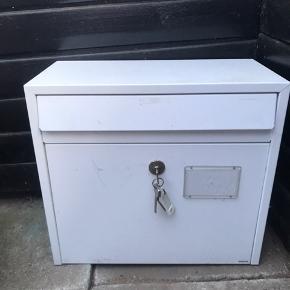 Flot hvid postkasse i god kvalitet. Tre stk. nøgler medfølger, den ene er dog skæv, men virker stadig. Vi har aldrig brugt postkassen, den har stået på en overdækket terrasse indtil nu 🌸 måler ca. 41,4 x 38 x 20 cm.   Bemærk - afhentes i Hasle, sendes ikke!   💫 Postkasse post kasse hvid udendørs udenfor have