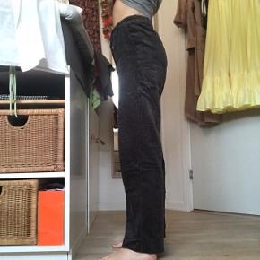 Fede fløjl / corduroy bukser / jeans fra Mango i str S - passer også xs (er jeg selv) Fedt straight fit! Byd endelig :)