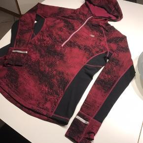 Flot bluse til træning løb og gåture  Eller bare som hverdags bluse den har været brugt og vasked nogle gange 😊😊