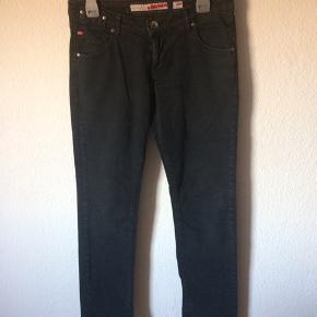 Miss sixty - jeans Str. 30 Næsten som ny Farve: sort Lavet af: 98% cotton og 2% elasthan Style: eden Mål: Livvidde: 82 cm hele vejen rundt Længde: Ydre: 102 cm Indre: 78,5 cm Køber betaler Porto!  >ER ÅBEN FOR BUD<  •Se også mine andre annoncer•  BYTTER IKKE!