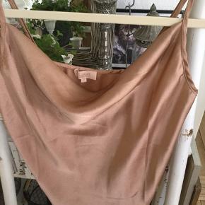Smuk top silke lignende i brun bronze nuance så flot, str. M brugt 1 gang fejler intet.  Pris 100 kr + evt porto