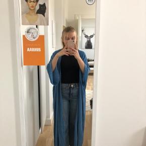 Fin kimono/cardigan fra Weekday i blå. Kun brugt meget få gange. Kan afhentes i Århus C eller sendes på købers regning🤗 BYD gerne!