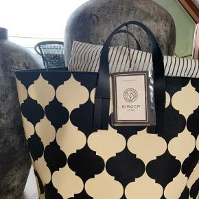 Ubrugt By Malene Birger taske. Darling Lily House bag / High. I farven Black and Creme. Kun taget ud af indpakning for at tage billede for at fornemme størrelse 🤎 den lækreste taske til opbevaring af f.eks. puder og tæpper. Måler 65 x 38 x 38