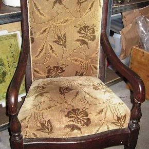 skøn gammel stol som har stået i mine bedsteforældres hjem - stoffet er intakt, fjedningen er super god, og benene er runde foran (et med lidt afslag nederst) bagerst er benene firkantede. Har fået at vide det måske er en stol fra 1880 -1900 tallet. Den er super god at sidde i, og med lækre fjedre, stolen har lidt patina - den er lidt over en meter høj målt fra gulv og op ad ryggen, til højeste punkt på stolen. bredde ca. 55 cm fra øre til øre øverst.- sælges for familie. står i tør kælder. TILBUD - NEDSAT TIL 400 kr - kan afhentes på djursland, tæt på Tirstrup / Ebeltoft (sendes ikke)  *Handel kan foregå kontant, via TS, bankkonto & Mobilepay*