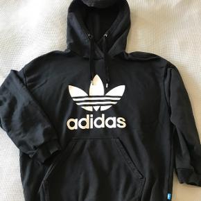 Superfed Adidas hoodie til dreng str. M. (180 cm.) Brugt men så god som ny og ingen slid på Adidas-tryk. Sort med hvidt tryk.