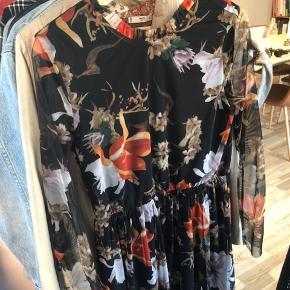 Brugt 2 gange. Fin blomstret langærmet kjole som er gennemsigtig på ærmerne.   Str S men kan også passes af en M.   Kan hentes i Odense eller sendes på købers regning 💕