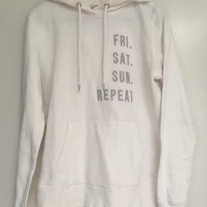 Smart hvid hoodie med lysegrå skrift str. S sælges🌿Almindelig i størrelsen🌼bytter ikke🌸se også mine andre spændende annoncer 🤗