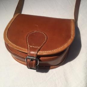 Super fin lille retro/vintage taske, som er super sød til det hele!