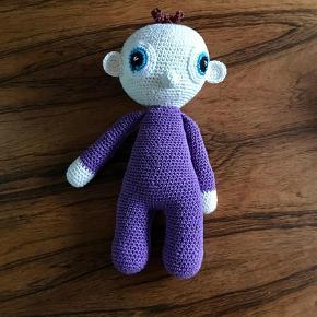 Brand: hjemmehæklet Varetype: hæklet dukke Størrelse: 27 cm Farve: kan laves i ønsket farve  Sød hæklet dukke - Hæklet i bomuld - med allergitestet fiberfyld. Mit barnebarn elsker sin dukke. Kan vaskes i vaskemaskine. To stk. for kr. 120 + porto Fra absolut røgfrit hjem.