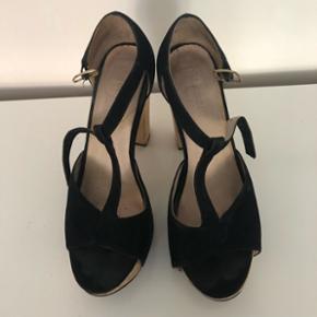 Bianco stiletter med træ hæl. Hælen er lidt mærket ellers fin stand. Str. 38.