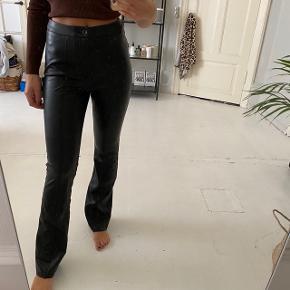 Fake læder bukser fra na-kd.  De er lidt store i livet - vil måske sige de passer en str. 38 bedre.
