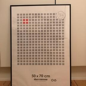Sort metal ramme Størrelse: 50x70 cm  Passer til plakater. Brug den på din billedvæg