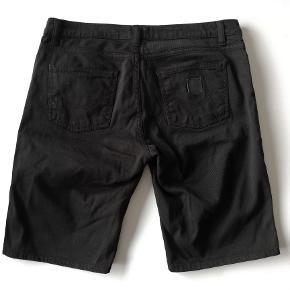 Carhartt Texas Bermuda shorts Str. 30 / Medium   Liv: 2x41 cm Hel længde: 49 cm. Indv. ben-længde: 27cm Farve: Sort  Pris: 125,- plus porto  Fast pris  Sender med DAO