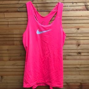 Træningstop fra Nike.  Brugt få gange
