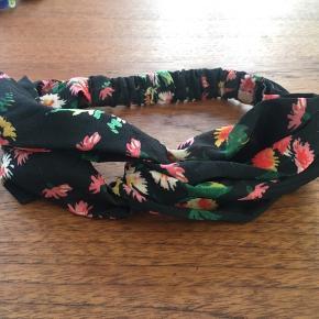 Sødt hårbånd fra & other stories. Hårbåndet er brugt få gange. Mærket er klippet af, da det var i vejen. Nypris var ca. 130 kr.