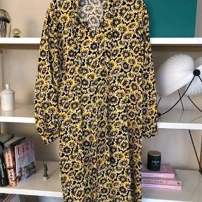 Super fin kjole. Kun brugt et par gange.  Den er lagt op, og går mig til skinnebenet og jeg er 157 cm.   Mp 700 kr pp og jeg bytter ikke.