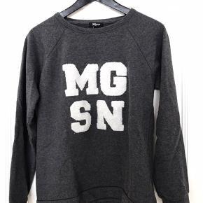 Sælger to trøjer fra Magasin. Begge fremstår i god stand!   Str.: M / 36 Farve: grå / lyseblå  Kan afhentes på Østerbro eller sendes med DAO.