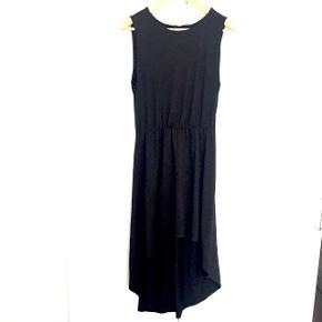 Sort kjole i sort (ikke affarvet) som falder flot, den er lårkort fortil
