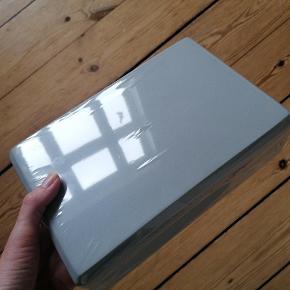 Yogablok i lys grå. Hård skum. Ubrugt og i original emballage.  Længde: 23 cm Højde: 15 cm Dybde/tykkelse: 7,7 cm Kan afhentes i Esbjerg. Sender gerne- køber afholder fragt.