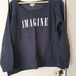 Fin sweatshirt i 60% bomuld og 40% polyester. Brystvidde 124 cm Længde 60 cm  BYD gerne - Kig forbi mine andre annoncer og spar penge - også på portoen 😉