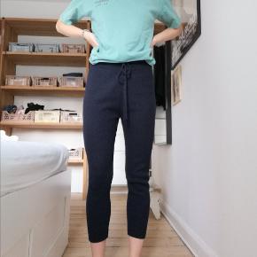 Bløde strikbukser / joggers / hyggebukser i navy uld og cashmere fra COS. Størrelse small.  90% uld. 10% cashmere.  Kan afhentes i Odense C eller sendes på købers regning.