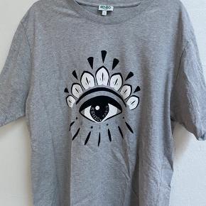T-shirt fra condition, en skade udover det meget minimal fade af øjet i midten (se billedet)  Cond 7/10  Nypris 700 kr